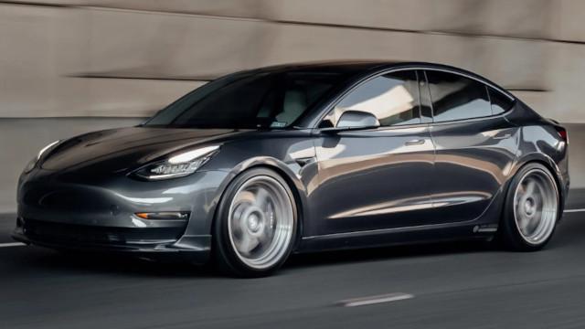 Tesla-Ankauf: Ein Auto bei der Fahrt